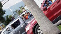 Tirotean carro de lujo frente a Mall Galerías del Valle en SPS