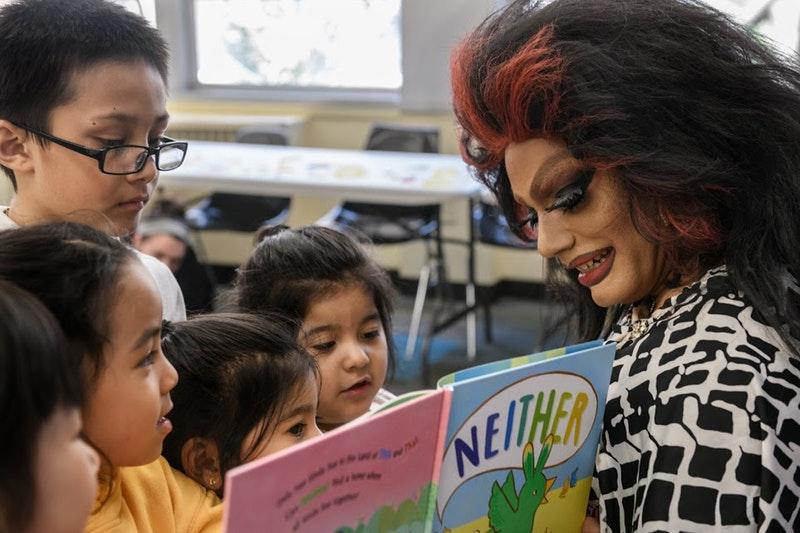 Asombroso De un espacio infantil Y la inspiración de diseño - Drag Queen Story Hour, un espacio infantil dirigido por ...